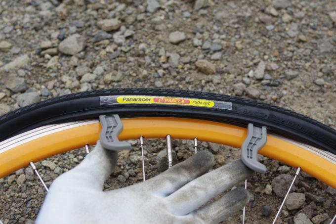 タイヤの最後の部分をはめる